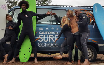groupe de gens planches van california surf school lacanau